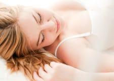 Reizvoller blonder Frauenschlaf auf Bett Lizenzfreie Stockfotos