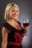 Reizvoller blonder trinkender Rotwein Lizenzfreie Stockfotografie