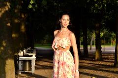 Reizvoller Brunette in einem Park Stockfoto