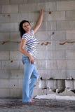 Reizvoller Brunette an einer Block-Wand (3) Lizenzfreie Stockfotos