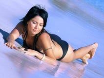 Reizvoller Brunette im Meer Stockfoto
