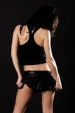 Reizvoller Brunette im Minirock Stockfoto