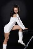 Reizvoller Brunette mit einem Stuhl Stockfotos