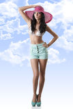 Reizvoller Brunette mit Kurzschlüssen und Hut Stockbilder