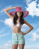 Reizvoller Brunette mit Kurzschlüssen und Hut Stockfotografie