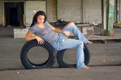 Reizvoller Brunette mit Tattered Jeans (1) Lizenzfreie Stockbilder