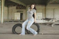 Reizvoller Brunette mit Tattered Jeans (2) Lizenzfreie Stockfotografie