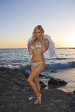 Reizvoller Engel, der auf Felsen am Strand steht Lizenzfreie Stockbilder