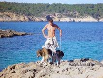 Reizvoller junger gehender Mann seine Hunde lizenzfreie stockbilder