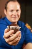 Reizvoller junger Mann mit Muffin lizenzfreies stockbild