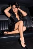 Reizvoller Latina in der Limousine. Lizenzfreie Stockfotografie