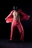 Reizvoller Mann in der roten Klage Stockfoto