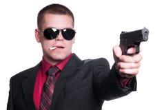 Reizvoller Mann mit Gewehr stockfoto