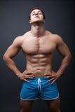 Reizvoller Mann mit muskulöser athletischer Karosserie Lizenzfreie Stockbilder