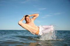 reizvoller Mann naß im Meer Lizenzfreies Stockfoto