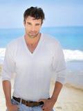 Reizvoller Mann am Strand stockbild