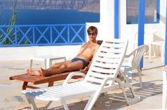Reizvoller Mann an sunbed Lizenzfreie Stockbilder