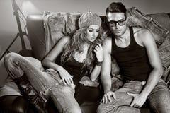 Reizvoller Mann und Frau, die eine Art- und WeiseFotoaufnahme tut Stockfotografie