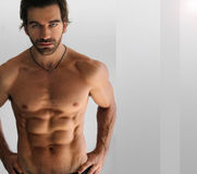 Reizvoller mit nacktem Oberkörper Mann Stockfoto