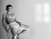 Reizvoller mit nacktem Oberkörper Mann lizenzfreies stockbild