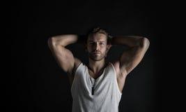 Reizvoller muskulöser junger Mann Lizenzfreies Stockfoto