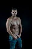 Reizvoller muskulöser junger Mann Stockfoto