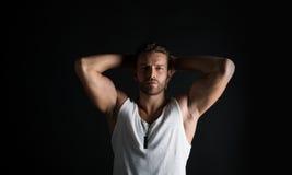 Reizvoller muskulöser junger Mann Stockbilder