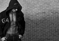 Reizvoller muskulöser Mann lizenzfreie stockbilder