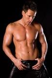 Reizvoller muskulöser Mann. lizenzfreie stockfotografie