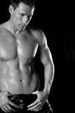 Reizvoller muskulöser Mann. lizenzfreie stockbilder