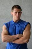 Reizvoller muskulöser Mann in einem blauen T-Shirt Lizenzfreies Stockbild
