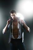 Reizvoller muskulöser Mann im weißen zerrissenen Hemd Stockbild