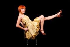 Reizvoller Redhead im gelben Kleid Stockbilder