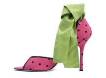 Reizvoller roter Schuh mit einem grünen Bogen Lizenzfreie Stockfotos