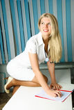 Reizvoller schöner Doktor im Büro Lizenzfreies Stockfoto