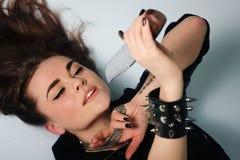 Reizvoller schöner Frauenfleischfresser mit Messer Lizenzfreies Stockfoto