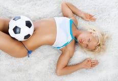 Reizvoller Spieler, der auf Teppich liegt Stockbilder