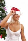 Reizvoller spielerischer blonder naher Weihnachtsbaum Lizenzfreie Stockfotografie