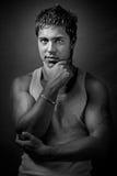 Reizvoller stattlicher muskulöser junger Mann stockbild