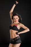Reizvoller Tänzer auf schwarzem Hintergrund Stockfoto