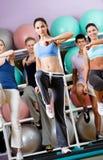 Reizvoller weiblicher Trainer tut Übungen mit ihrer Gruppe Stockbilder