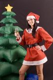 Reizvoller Weihnachtsmann mit aufblasbarem Weihnachtsbaum Lizenzfreie Stockfotos