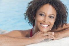 Reizvolles Afroamerikaner-Frauen-Mädchen im Swimmingpool Stockbilder