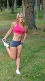 Reizvolles blondes aktives Frauenausdehnen Lizenzfreie Stockfotografie