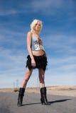 Reizvolles blondes Art und Weisemädchen auf der Straße Stockbilder