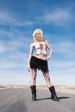 Reizvolles blondes Art und Weisemädchen auf der Straße Stockfotos