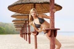 Reizvolles blondes auf dem Strand Stockbild
