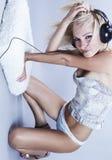 Reizvolles blondes Baumuster hört Musik Lizenzfreie Stockbilder