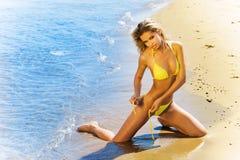 Reizvolles blondes Bikinibaumuster auf einem Strand Lizenzfreies Stockfoto