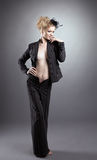 Reizvolles blondes blankes Mädchen im schwarzen Kostüm Stockfotografie